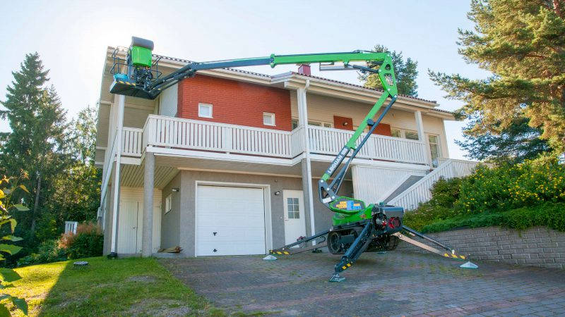The Leguan 135 being used to access a roof.