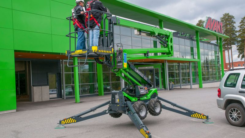 The Leguan 165 access platform with two men in the basket.