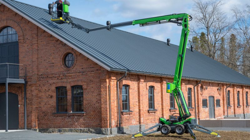 The Leguan 190 being used to access a roof.