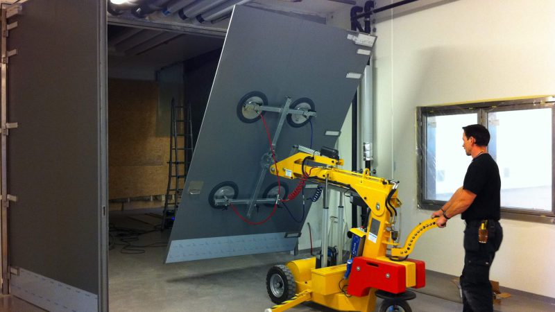 The SL 580 Maxi moving a large pane of glass.